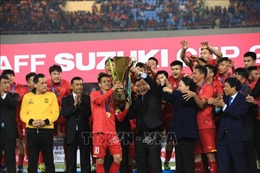 Xúc động giây phút Thủ tướng trao cúp vô địch cho đội tuyển Việt Nam