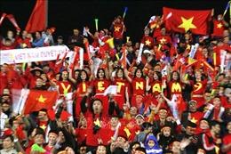 King's Cup 2019: Cổ động viên Việt Nam 'nhuộm đỏ' Chang Arena