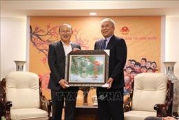 Giao lưu với HLV Park Hang-seo cùng 4 tuyển thủ tại Đại sứ quán Việt Nam ở Hàn Quốc