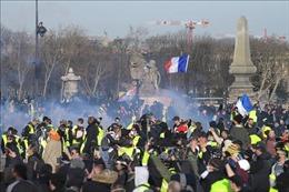 Cảnh sát Pháp trúng bom bẩn trong các cuộc biểu tình 'Áo vàng'