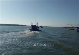 Mắc cạn dẫn đến tàu phá nước, 8 ngư dân gặp nạn trên vùng biển Bến Tre