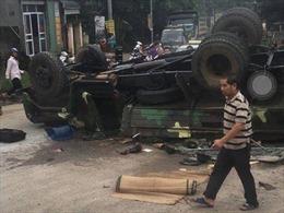 Xe tải quân sự gặp sự cố trên quốc lộ 21