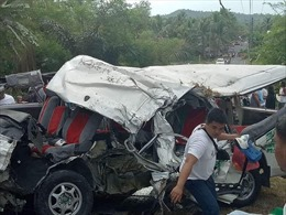 Xe khách đâm xe tải khiến 8 người thiệt mạng, 13 người bị thương