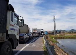 Xe container va chạm ô tô 7 chỗ, Quốc lộ 1A ách tắc gần 5km