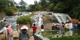 Xử lý hành vi xả rác không đúng nơi quy định ở thác Cam Ly, Đà Lạt