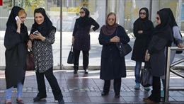 Hưởng ứng chiến dịch cởi khăn trùm đầu, phụ nữ Iran sẽ bị ngồi tù tới 10 năm