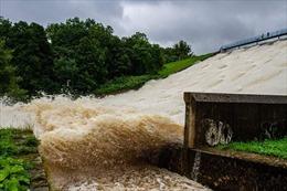Anh tiếp tục sơ tán 55 hộ gia đình đề phòng nguy cơ vỡ đập do bão