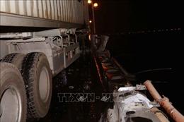 Xe bồn trộn bê tông 'san phẳng' dải phân cách, đâm nhiều xe máy trên cầu Thanh Trì