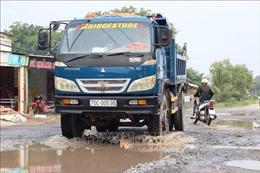Người dân mòn mỏi chờ nâng cấp, sửa chữa tuyến đường liên huyện