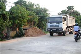 Bức xúc với 'hung thần' xe tải chở đất coi thường tính mạng người dân