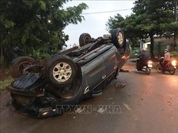 Ô tô lộn nhào, bị kéo lê hàng chục mét trong mưa lớn gây ách tắc nghiêm trọng