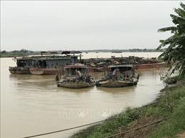 Bắt quả tang hai tàu khai thác cát trái phép trên sông Kinh Thầy