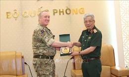 Thượng tướng Nguyễn Chí Vịnh tiếp Tùy viên Quốc phòng Vương quốc Anh