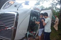 Chạy tốc độ cao, xe container lật nghiêng làm 4 người bị thương
