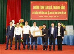 Tặng quà cho học sinh huyện miền núi Tân Sơn, Phú Thọ