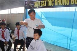 Ấm áp 'tiệm cắt tóc không đồng' dành cho học sinh nghèo