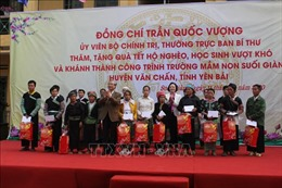 Thường trực Ban Bí thư tặng quà Tết các gia đình chính sách tại huyện Văn Chấn, Yên Bái