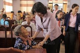 Phó Chủ tịch nước tặng quà gia đình chính sách, trẻ em nghèo tại Long An