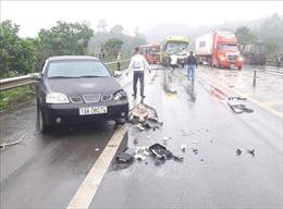 Đâm liên hoàn 4 xe ô tô trên cao tốc Nội Bài - Lào Cai