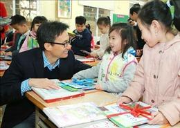 Phó Thủ tướng Vũ Đức Đam tặng sách cho học sinh Hà Nội