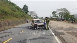 Xe ô tô 7 chỗ cháy rụi sau khi phát nổ, hai người tử vong