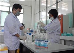 Nhiều trường học tại Đà Nẵng pha chế nước rửa tay sát khuẩn phát miễn phí