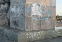 Tượng đài 16/4 bị bôi bẩn bởi 'lời thề tình yêu'