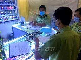 Kiểm tra chợ Bến Thành và Saigon Square, tạm giữ 1.500 sản phẩm giả nhãn hiệu