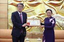 Trao Kỷ niệm chương tặng Đại sứ Nhật Bản tại Việt Nam Umeda Kunio