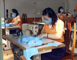 Nhóm thiện nguyện may khẩu trang phát cho người nghèo ở Điện Biên