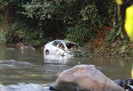 Hai xe ô tô trôi xuống suối khi đi qua đập Tà Rua