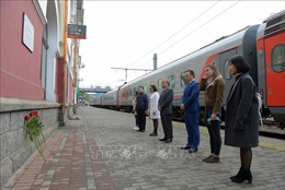 Cộng đồng người Việt và bạn bè Nga tại Vladivostok dâng hoa tưởng nhớ Bác Hồ