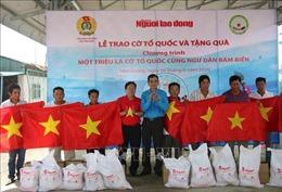 Biển đảo Việt Nam: Trao 2.000 lá cờ Tổ quốc cho ngư dân