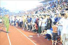 Khán giả yêu cầu xin lỗi sau sự cố 'vỡ sân' trong trận đấu giữa Hồng Lĩnh Hà Tĩnh gặp Hà Nội Fc