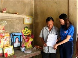 Truy tặng Huy hiệu Tuổi trẻ dũng cảm cho nữ thanh niên dân tộc Bru - Vân Kiều