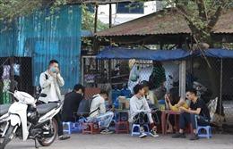 Trà đá vỉa hè Hà Nội vẫn đông khách, ít người đeo khẩu trang