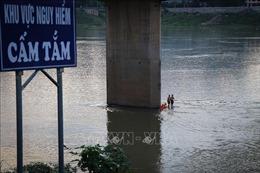 Đang trong mùa lũ, dù có biển cấm, người dân thành phố Hòa Bình vẫn 'đua nhau' tắm sông Đà