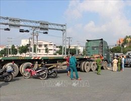 Tai nạn giữa xe container và xe máy gây ách tắc giao thông