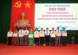Trao huy hiệu Đảng và khen thưởng tổ chức đảng, đảng viên tiêu biểu