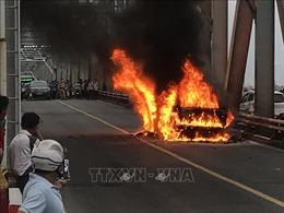 Cháy xe ô tô Range Rover trên cầu Chương Dương