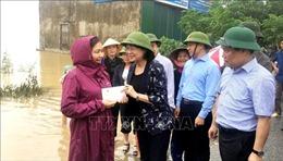 Phó Chủ tịch nước thăm hỏi, tặng quà người dân vùng lũ Quảng Bình