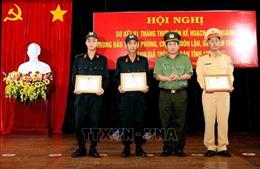 Khen thưởng 3 chiến sĩ Công an dũng cảm cứu người trên thuyền đánh cá sắp chìm lúc nửa đêm