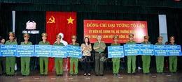Bộ trưởng Bộ Công an Tô Lâm trao hỗ trợ xây dựng nhà cho Công an xã ở An Giang