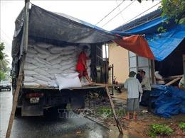 Khẩn trương gùi hàng tiếp ứng cho người dân xã Phước Lộc và Phước Thành bị cô lập