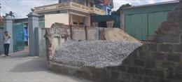 Một học sinh tử vong nghi do tường đổ sập