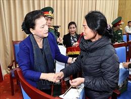 Chủ tịch Quốc hội thăm, động viên gia đình các liệt sỹ hy sinh trong đợt mưa lũ tại miền Trung