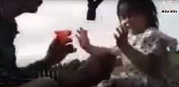 Điều tra, làm rõ clip người cha ép con gái 3 tuổi uống thuốc tự tử