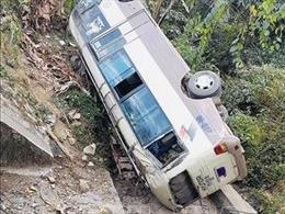 Điện Biên: Xe khách lao xuống vực sâu khoảng 5m