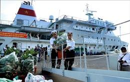 Vùng 4 Hải quân tiếp nhận quà Tết gửi tặng quân và dân huyện đảo Trường Sa