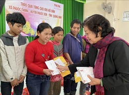 Tặng quà cho đồng bào miền núi ở Quảng Nam bị thiệt hại do bão lũ